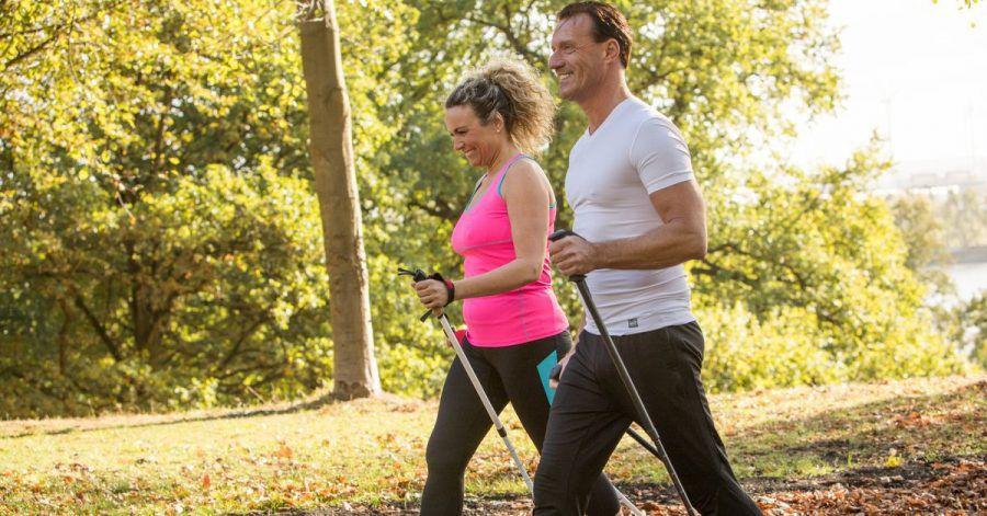 Nordic Walking ist eine rückenschonende Alternative zum Joggen.
