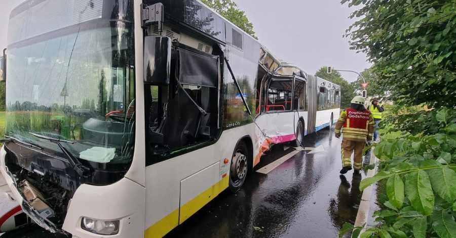 Der Zugführer der Feuerwehr Godshorn geht an einem stark beschädigten Linienbus an der Unfallstelle vorbei. Beim Zusammenprall eines Lkw mit einem Linienbus in Langenhagen ist ein Fahrgast im Bus tödlich verletzt worden.
