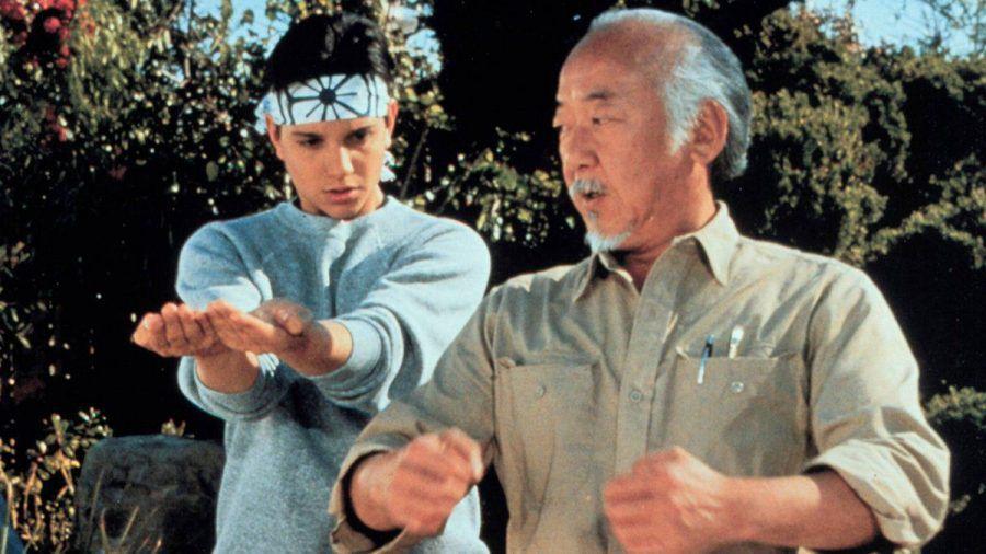 In der Rolle des Daniel LaRusso (l.) bestand Schauspieler Ralph Macchio neben dem von Pat Morita gespielten Mr. Miyagi die wichtigsten Kämpfe seines Lebens. (elm/spot)