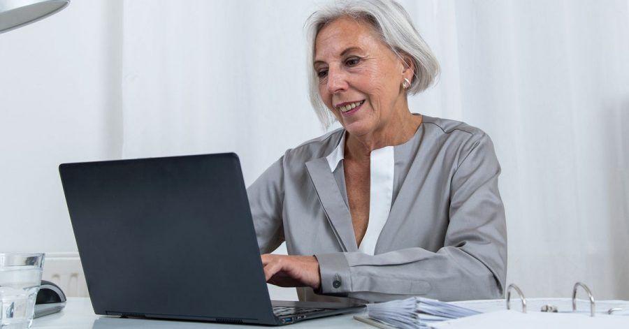 Häufig scheuen ältere Leute sich vor Aktien - dabei kann es sich für sie lohnen.