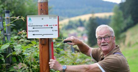 Wandern im Harz wäre sicher nur halb so schön, gäbe es nicht ein umfangreiches Wegenetz mit Beschilderung. Um dies zu gewährleisten, sind tagtäglich viele Wegewarte wie Klaus Petersen im Einsatz.