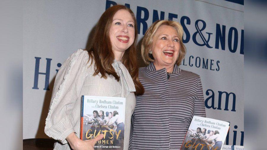 """Chelsea (l.) und Hillary Clinton 2019 bei der Vorstellung ihres gemeinsamen Buches """"The Book of Gutsy Women"""".  (smi/spot)"""
