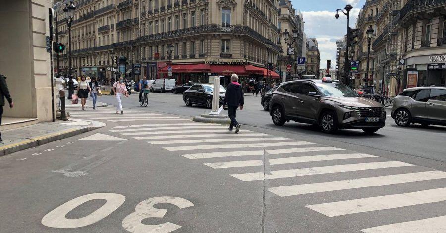 Auf einer Straße im Zentrum von Paris gilt Tempo 30. Ab sofort gilt diese Geschwindigkeitsbegrenzung in der französischen Hauptstadt fast überall.