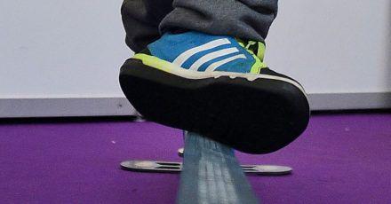 Im Fitnessstudio muss man vorsichtig sein. Ist eine Slackline gespannt, kann das eine Stolperfalle sein.