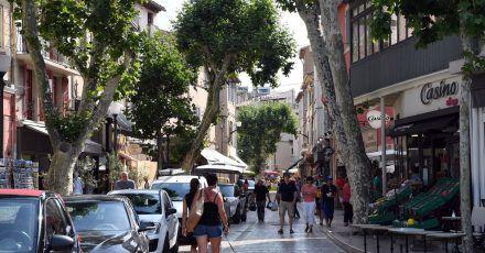 Blick in eine Einkaufsstraße in dem kleinen Ferienort. Die Bundesregierung stuft größere Teile Frankreichs als Corona-Hochrisikogebiet ein.