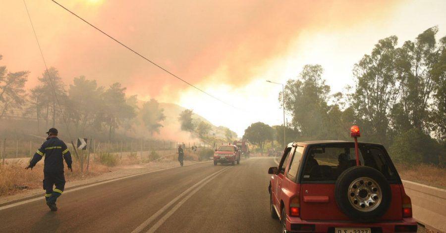 Feuerwehrleute bekämpfen einen Waldbrand in der Nähe des Dorfes Lampiri, westlich von Patras. Das an einem Berghang ausgebrochene Feuer hat sich in gefährlicher Nähe zu den Küstenstädten ausgebreitet.