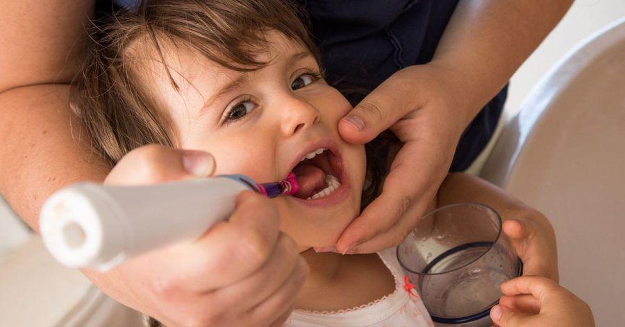 Bei Einjährigen sollte die fluoridhaltige Zahnpastamenge nicht größer als ein Reiskorn sein, ab dem Alter von zwei Jahren nicht größer als eine Erbse.