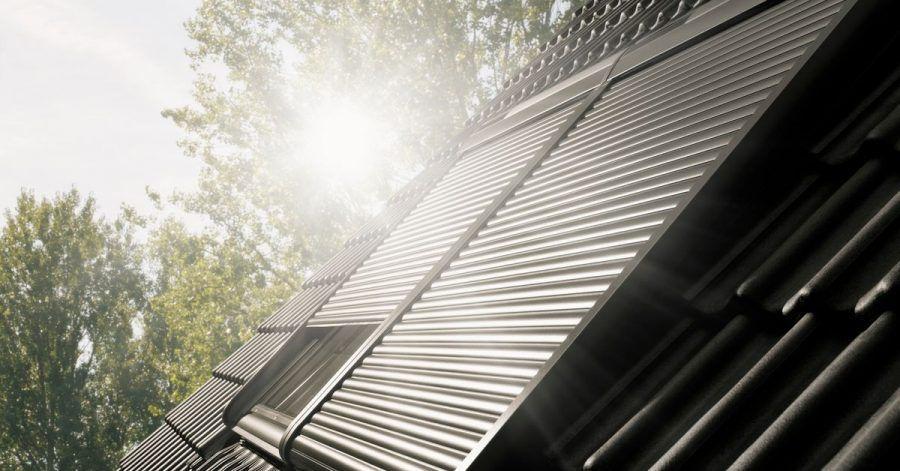 Am besten ist außenliegender Sonnenschutz für einDachfenster:EinRollladen zum Beispiel hält die Sonneneinstrahlung vom Zimmer darunter ab.