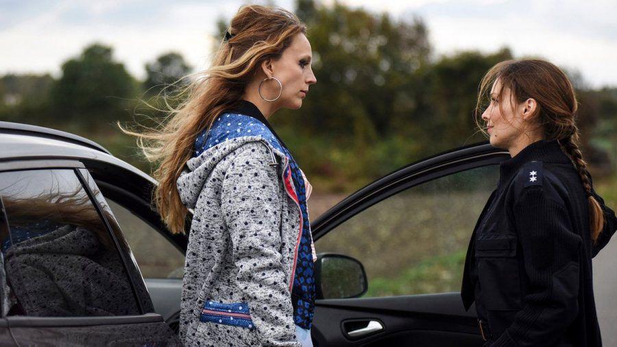 """""""Eine gute Mutter"""": Mona (Petra Schmidt-Schaller, l.) verabschiedet sich von Greta (Mina Tander).  (cg/spot)"""