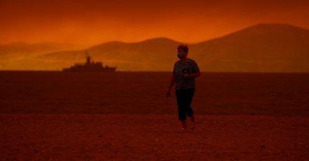 Rauch breitet sich über dem Meer vor der griechischen Insel Euböa aus. Italien, Griechenland und die Türkei kämpfen weiter gegen zahllose unkontrollierte Waldbrände.