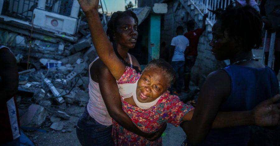 Oxiliene Morency weint vor Trauer, nachdem die Leiche ihrer siebenjährigen Tochter Esther Daniel aus den Trümmern ihres durch das Erdbeben zerstörten Hauses in Les Cayes, Haiti, geborgen wurde. Ein Erdbeben der Stärke 7,2 hat Haiti am Samstag erschüttert.