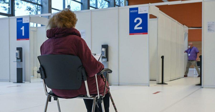 Eine Frau wartet im Impfzentrum Eberswalde auf ihre Schutzimpfung gegen Covid-19.