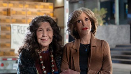 """Jane Fonda (r.) und Lily Tomlin als das ebenso ungleiche wie liebenswerte Duo """"Grace and Frankie"""". (stk/spot)"""