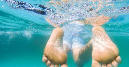 Schwimmen ohne kalte Zehen: Mit einer Wärmepumpe oder Solaranlagen lassen sich heimische Pools beheizen.