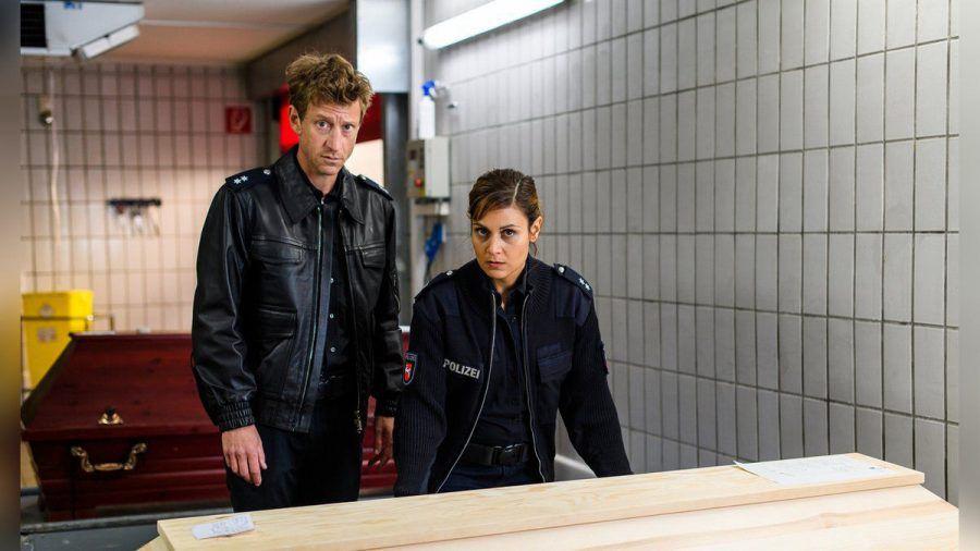"""""""Friesland - Hand und Fuß"""": Henk Cassens (Maxim Mehmet) und Süher Özlügül (Sophie Dal) schauen sich im Krematorium um. (cg/spot)"""