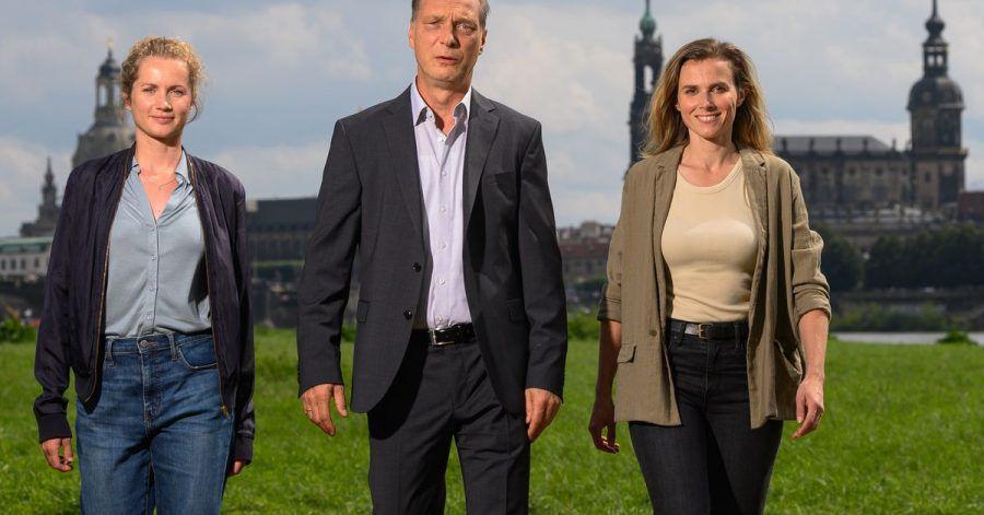 Cornelia Gröschel (l), Karin Hanczewski (r) und Martin Brambach bei einer  Drehpause in Dresden.