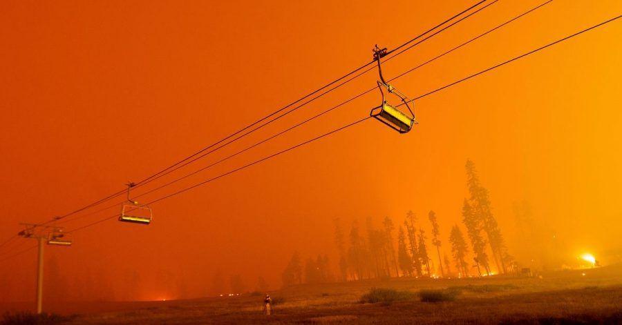 Ein Skilift im Skigebiet Sierra-at-Tahoe vor dem Hintergund des Caldor-Feuers