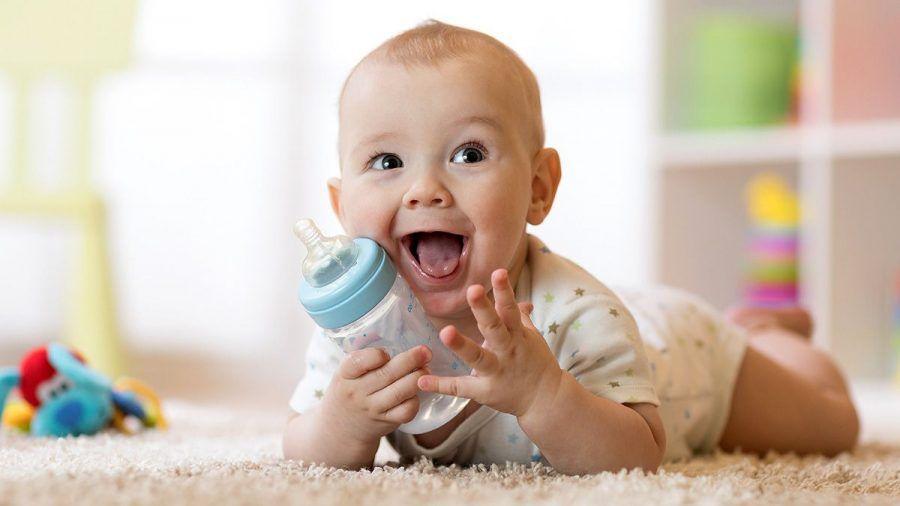 Kleine Babys ruhig schon Dinge anfassen lassen