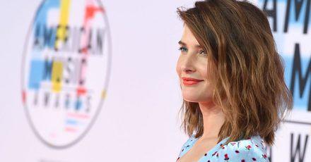 Die Schauspielerin Cobie Smulders kommt zur Verleihung der American Music Awards 2018 im Microsoft Theater in Los Angeles.