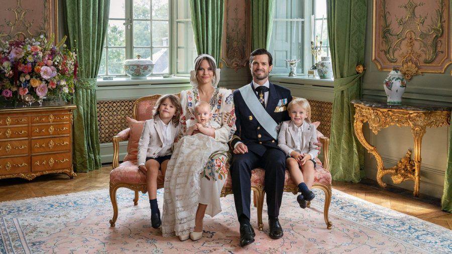 Die Taufe scheint dem kleinen Prinz Julian gefallen zu haben. Auf dem offiziellen Foto zum Event sitzt er auf Mamas Schoss. Neben Prinzessin Sofia haben sein ältester Bruder, Prinz Alexander, und sein Papa, Prinz Carl Philip, mit dem zweitältesten Bruder, Prinz Gabriel, Platz genommen. (ili/spot)