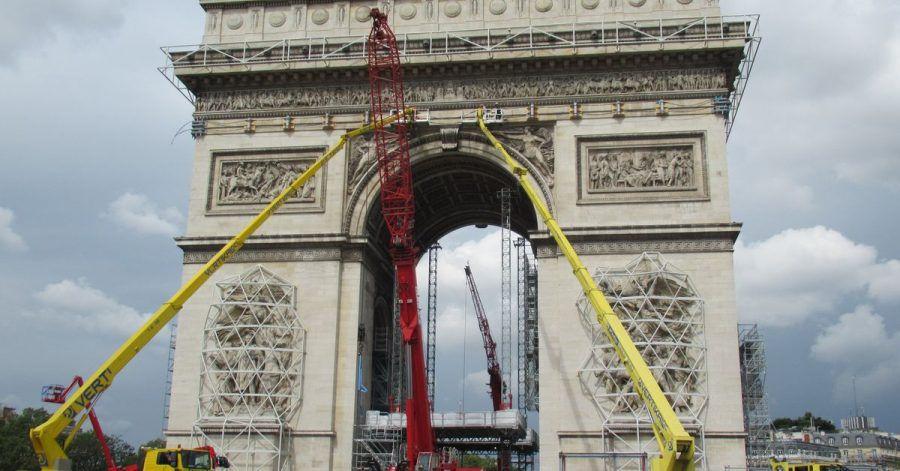 Kräne und Gerüste, aufgenommen vor der bevorstehenden Christo-Verhüllung des Pariser Triumphbogens.