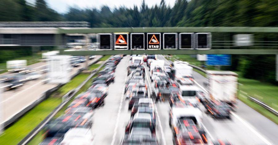 Wenn sich der Verkehr auf der Autobahn staut, müssen Autofahrer bei der Auffahrt besonders vorsichtig sein.