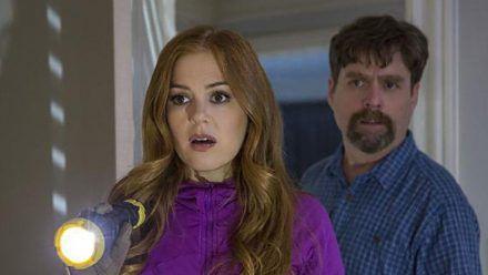 """""""Die Jones - Spione von nebenan"""": Karen (Isla Fisher) und Jeff Gaffney (Zach Galifianakis) trauen ihren Augen nicht. (cg/spot)"""