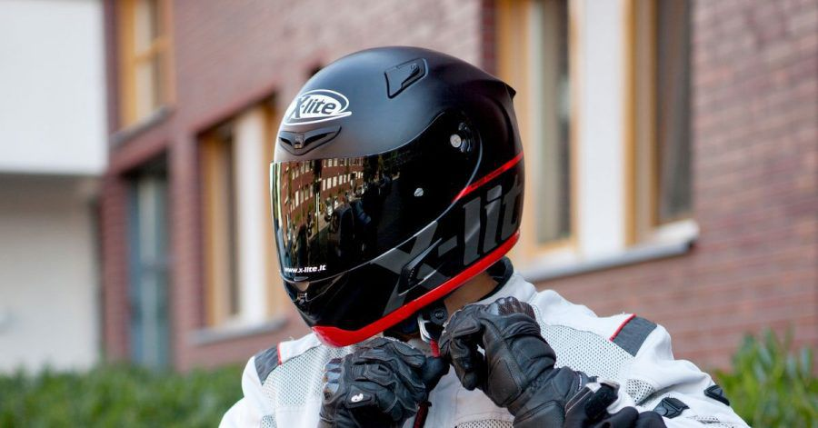 Wenn Insekten zu Projektilen werden: Experten raten, das Helmvisier beim Motorradfahren immer geschlossen zu halten.