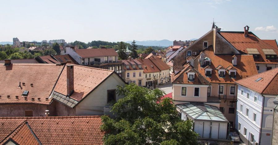 Von der Dachterrasse der Stara Posta (Alte Post) bietet sich ein schöner Blick über die Stadt Kranj.