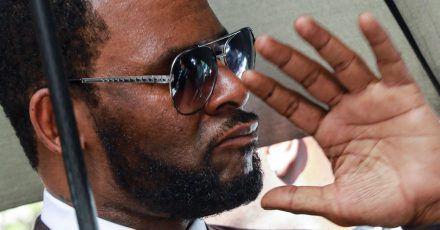 R. Kelly, Musiker aus den USA, verlässt nach einer Anhörung das Leighton Criminal Court Gebäude.