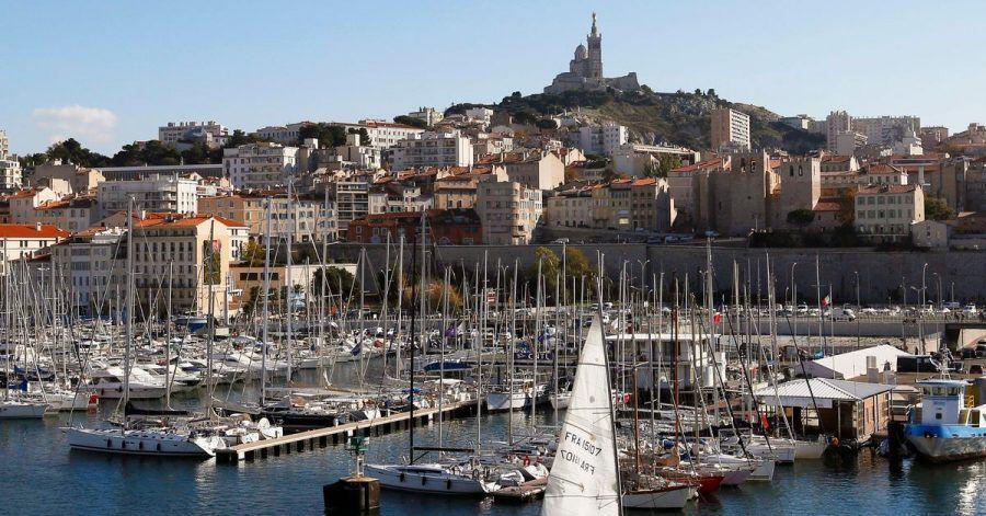 Blick auf den alten Hafen Marseilles, auch bekannt als Vieux-Port. Seit Mitternacht gelten größere Teile Frankreichs als Corona-Hochrisikogebiet.