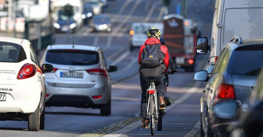 Zu wenige oder unsichere Radwege: Im Autoland «Deutschland» wird Radfahrern oft nur wenig Platz eingeräumt, bemängelt der ADFC.