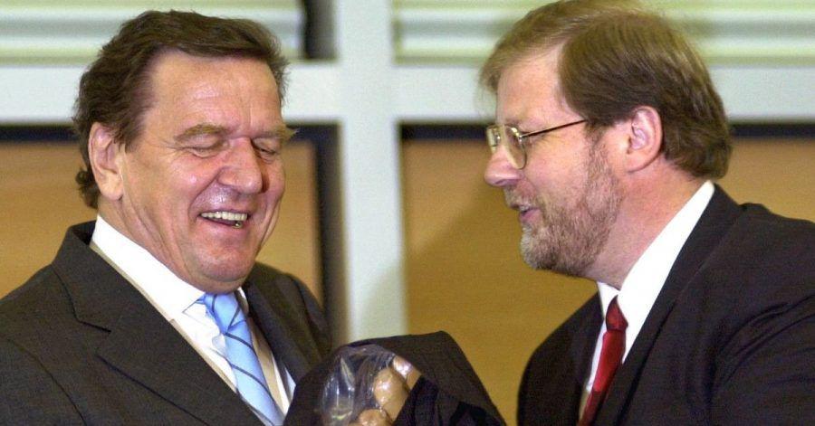 2002 erhält Gerhard Schröder (l) Currywürste von Hans-Jürgen Uhl, dem damaligen Geschäftsführer des Gesamt- und Konzernbetriebsrates von VW.