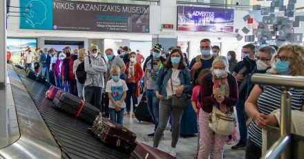 Passagiere aus Hannover warten am internationalen Flughafen Nikos Kazantzakis auf Kreta auf ihr Gepäck.