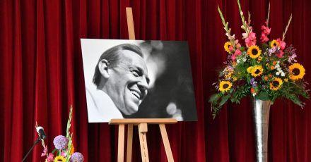 Ein Bild von Herbert Köfer und Blumen auf der Bühne.