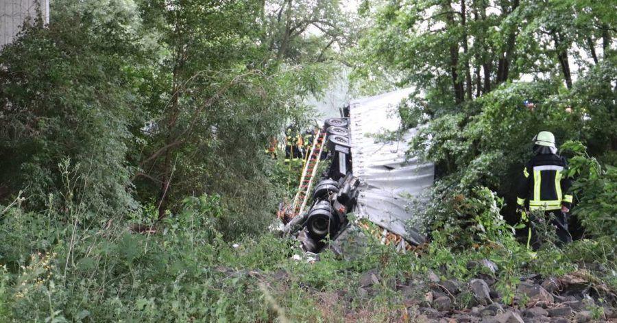 Ein Lastwagen ist auf der Autobahn 66 von der Kinzigtalbrücke gestürzt.