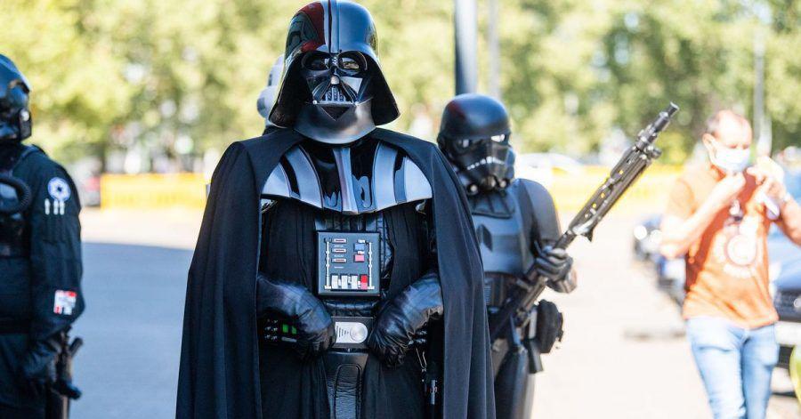 Darsteller in Kostümen aus der Filmreihe Star Wars stehen vor dem Duisburger Impf-Zentrum.