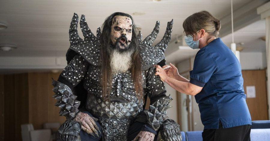 Mr. Lordi, Sänger der finnischen Hard-Rock-Band Lordi, wird von der Krankenschwester Paula Ylitalo geimpft.
