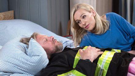 """""""Rote Rosen"""": Als Mona sich Jens endlich wegen Tatjana anvertrauen will, ist er eingeschlafen. (cg/spot)"""