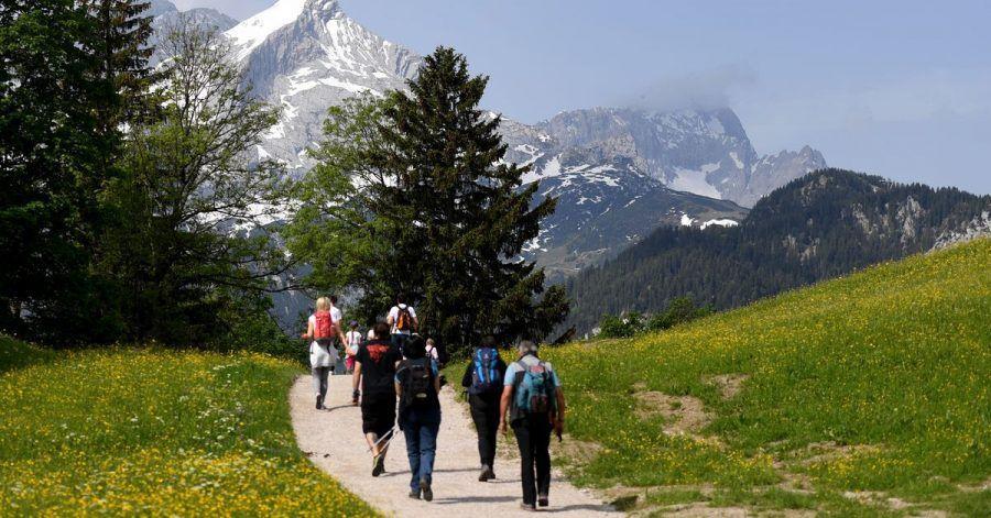 Wandern in den Bergen ist beliebt. Der Deutsche Alpenverein (DAV) hat im vergangenen Pandemie-Jahr trotz geschlossener Kletterhallen und eines eingeschränkten Hüttenbetriebs weiteren Zulauf erlebt.