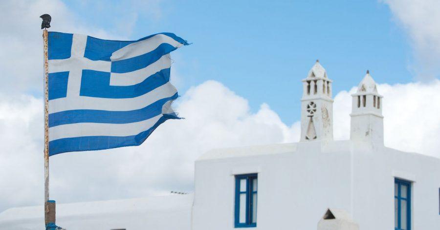 Die griechische Fahne weht auf der Insel Mykonos.