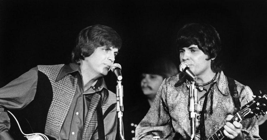 Die Everly Brothers, Phil Everly (l) und Bruder Don (r) im Dezember 1970 in Las Vegas.