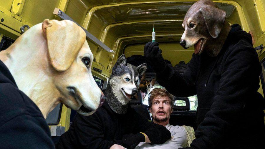 """""""Tatort: Wer zögert, ist tot"""": Frederick Seibold (Helgi Schmid, M.) wird von Maskierten gekidnappt.  (cg/spot)"""