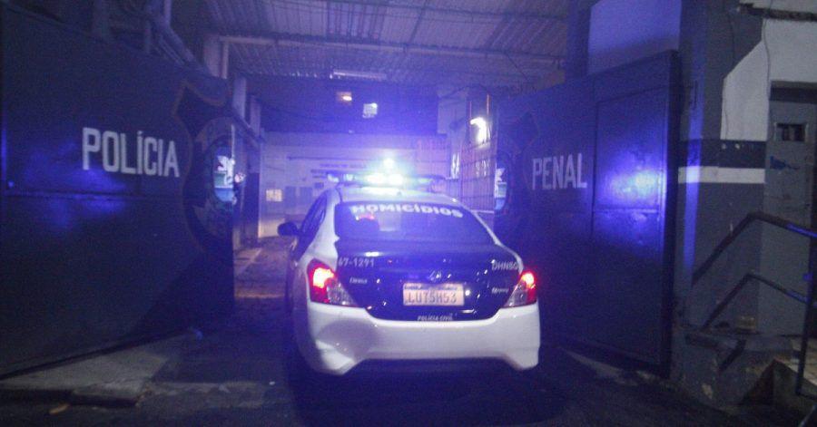 Polizeiwagen bringen die ehemalige brasilianische Abgeordnete und evangelikale Pastorin Flordelis dos Santos in ein Gefängnis in Rios Zwillingsstadt Niteroi.