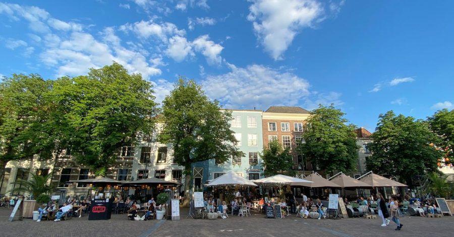 Cafés überall auf dem Brink, dem zentralen Platz: In Deventer spielt sich das Leben im Sommer auf der Straße ab.