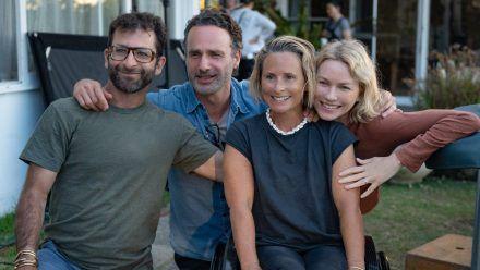 Freundeten sich während der Dreharbeiten an: Das echte Ehepaar Cameron (l.) und Sam Bloom (2.v.r.) und ihre Filmversionen, die Schauspieler Andrew Lincoln (2.v.l.) und Naomi Watts. (wag/spot)