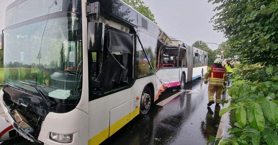 Ein Fahrgast ist bei dem Zusammenprall gestorben.