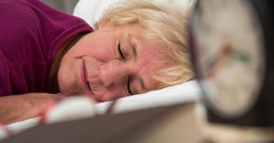 Mit fortschreitendem Alter steigt das Risiko für eine Schlafapnoe - vorbeugen lässt sich zum Beispiel durch mehr Bewegung im Alltag.