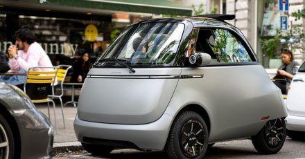 Der elektrische Microlino ist ein kompaktes Stadtauto für zwei Personen.