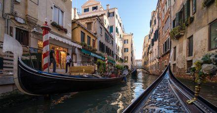 Venedig wird schon lange der baldige Untergang nachgesagt - doch bis heute lockt die Stadt der Kanäle fröhlich Touristen an.